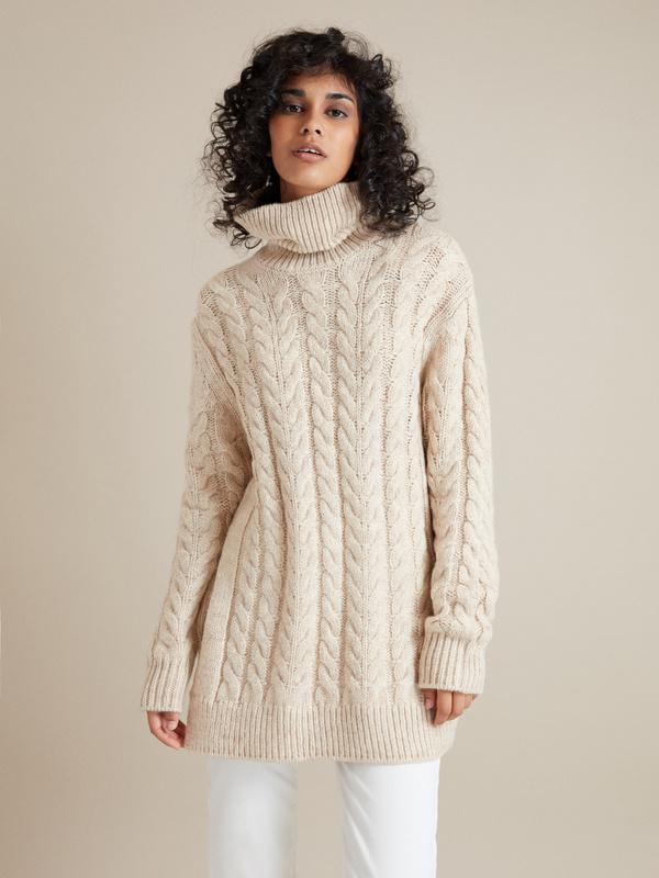 Удлиненный свитер вязки косы - фото 1