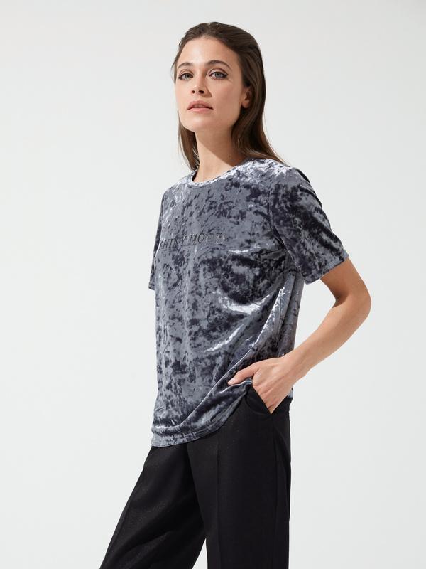 Бархатная футболка с надписью - фото 1